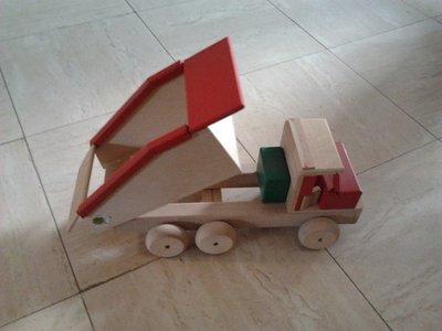 Grote houten kiepwagen