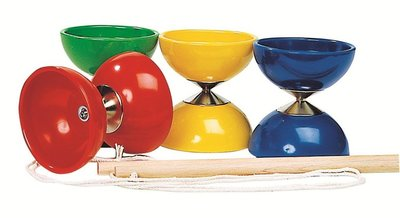 De diabolo is verkrijgbaar in de kleuren rood, groen, geel en blauw